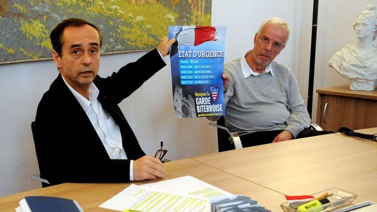 """(Robert Ménard, en décembre 2015, et son adjoint à la sécurité, présentent leur """"garde biterroise"""" en conseil municipal. © MaxPPP)"""