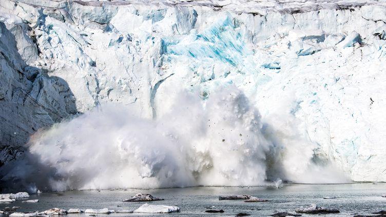 Un pan du glacier Apusiajik au Groenland s'effondre à cause du rechauffement climatique, le 17 août 2019. Photo d'illustration. (JONATHAN NACKSTRAND / AFP)