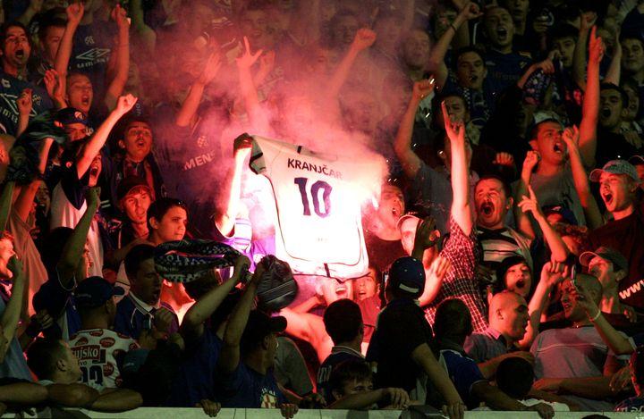 Les supporters du Dinamo Zagreb brûlent le maillot de Niko Kranjcar, qui a quitté le club pour rejoindre l'équipe rivale de l'Hajduk Split, le 11 septembre 2005. ( REUTERS)