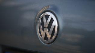 Le logo du constructeur automobile allemand Volkswagen sur une Passat, le 19 août 2017 à Bydgoszcz (Pologne). (JAAP ARRIENS / AFP)