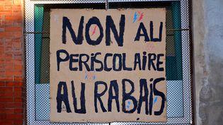 """A Marseille, une pancarte dit """"non au périscolaire au rabais"""" lors de la mise en place de la réforme des rythmes scolaires, le 19 février 2015. (CITIZENSIDE/GERARD BOTTINO / CITIZENSIDE)"""