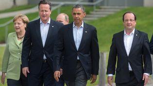 Le Premier ministre britannique, David Cameron (G), le président américain, Barack Obama, et François Hollande, le 18 juin 2013 au sommet du G8 à Enniskillen (Irlande du Nord). (BERTRAND LANGLOIS / AFP)