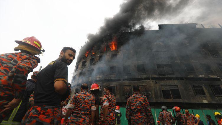 Des pompiers tentent d'éteindre l'incendie d'une usine àRupganj, dans les environs de Dacca (Bangladesh) le 9 juillet 2021. (MEHEDI HASAN / NURPHOTO / AFP)