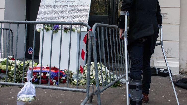 Devant le Bataclan, le dévoilement d une plaque en hommage aux victimes, deux ans après les attentats du 13 novembre 2015 à Paris et Saint-Denis. (AURELIEN MORISSARD / MAXPPP)
