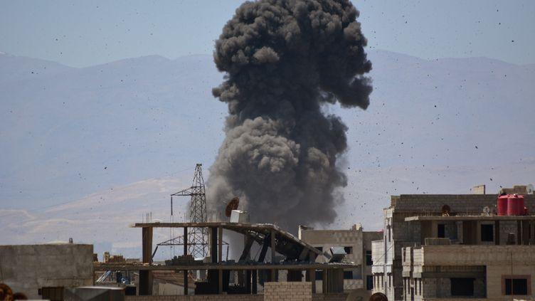 Un camp de réfugiés touché à Damas (Syrie) par des bombardements aériens, le 24 avril 2018. (RAMI AL SAYED / AFP)
