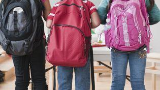 Une enquête estime que le poids des cartables représente en moyenne 20% du poids de l'enfant, alors qu'il ne devrait pas excéder les 10%. (JAMIE GRILL / ICONICA / GETTY IMAGES)