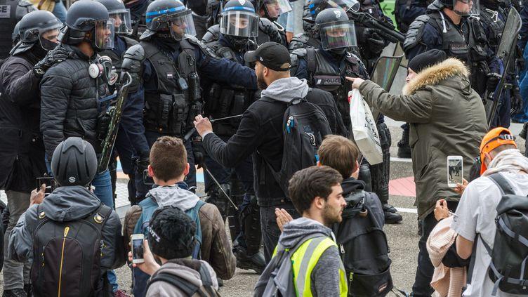 """Tensions entre des policiers et des manifestants """"gilets jaunes"""" à Paris, le 6 avril 2019. (AMAURY CORNU / HANS LUCAS / AFP)"""