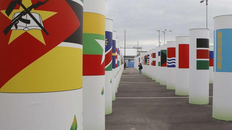 Les drapeaux de plus de 150 pays à l'entrée du Bourget, où se tient la COP21, le 30 novembre 2015. (FRANCOIS MORI / AP / SIPA)