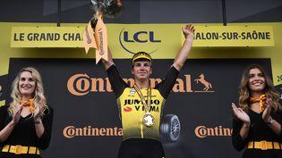 Le NéerlandaisDylan Groenewegen, le 12 juillet 2019, après sa victoire sur la7e étape du Tour de France au sprint à Chalon-sur-Saône (Saône-et-Loire). (MARCO BERTORELLO / AFP)