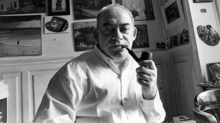 Le dessinateur, peintre, illustrateur, ecrivain, poete, metteur en scene, acteur, cineaste et chansonnier francais Roland Topor ( 1938-1997 ) photographie dans son atelier parisien. (OGRETMEN/SIPA)