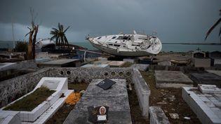 SEPTEMBRE. Un bâteau échoué après le passage de l'ouragan Irma, le 9 septembre 2017 à Marigot (Saint-Martin). (MARTIN BUREAU / AFP)