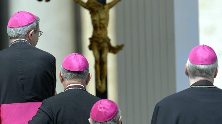 Des évêques attendent une entrevue avec le Pape François au Vatican, le 21 avril 2013. (ALEXANDRE MARCHI / MAXPPP)