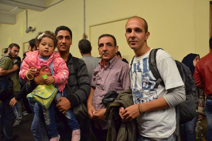 Majd Ashour, sa fille, son père et son frère, Msalam, le 6 septembre 2015 à Vienne (Autriche). (THOMAS BAIETTO / FRANCETV INFO)