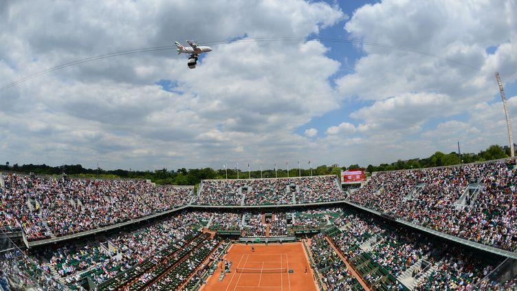 Fly Emirates, nouveau sponsor de Roland Garros, s'est offert une publicité aérienne accrochée à la caméra qui filme les rencontres sur le court Philippe Chatrier. (REAU ALEXIS/SIPA / SIPA)
