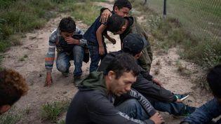 Des immigrés clandestins arrêtés à McAllen (Texas, États-Unis), à la frontière avec le Mexique, le 2 mai 2018. (ADREES LATIF / REUTERS)