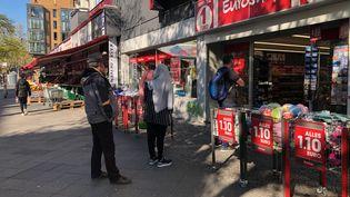 Les gens font la queue à l'extérieur des commerces, qui ont rouvert à Berlin (Allemagne), le 22 avril 2020. (LUDOVIC PIEDTENU / RADIO FRANCE)