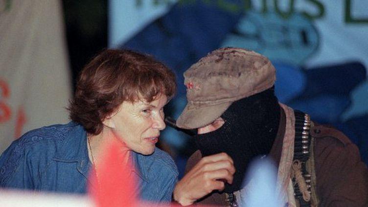 Danielle Mitterrand avec le sous-commandant Marcos en 1996 à Mexico (AFP)