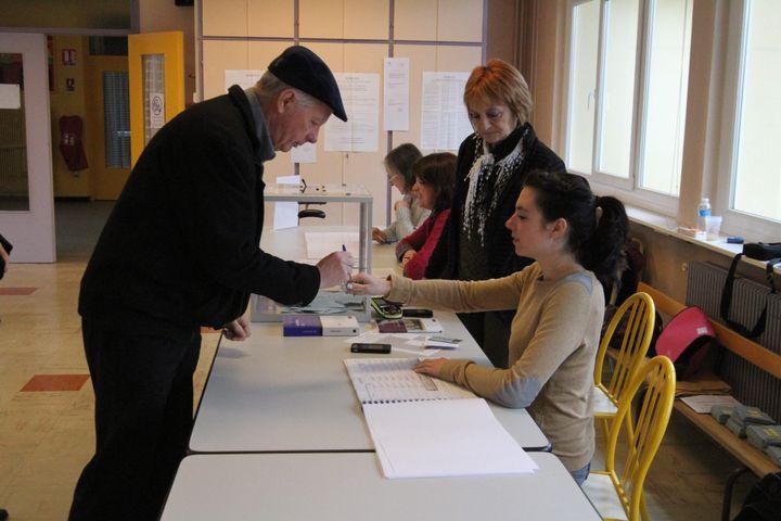 Dans un bureau de vote, le 7 avril 2013 à Kingersheim (Alsace). Les électeurs de l'Alsace sont appelés se rendre dans les urnes pour voter pour ou contre un conseil unique dans la région. ( MAXPPP)