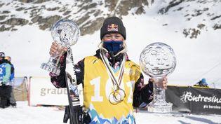 Tess Ledeux pose fièrement avec ses globes de la Coupe du monde le 27 mars 2021 (MAYK WENDT/EPA/Newscom/MaxPPP)