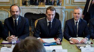 François de Rugy est assis à la gauche d'Emmanuel Macron, le 27 novembre 2018, lors du Conseil des ministres à l'Elysée, à Paris. (IAN LANGSDON / AFP)
