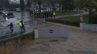 Dimanche 1er décembre, Météo France a placé le Var et les Alpes-Maritimes en vigilance rouge pluie-inondation. La situation devient inquiétante dans la soirée. (France 2)
