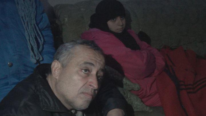 Nour et son père Mahmoud à Alep-Est, en janvier 2017 (GILLES GALLINARO / RADIO FRANCE)