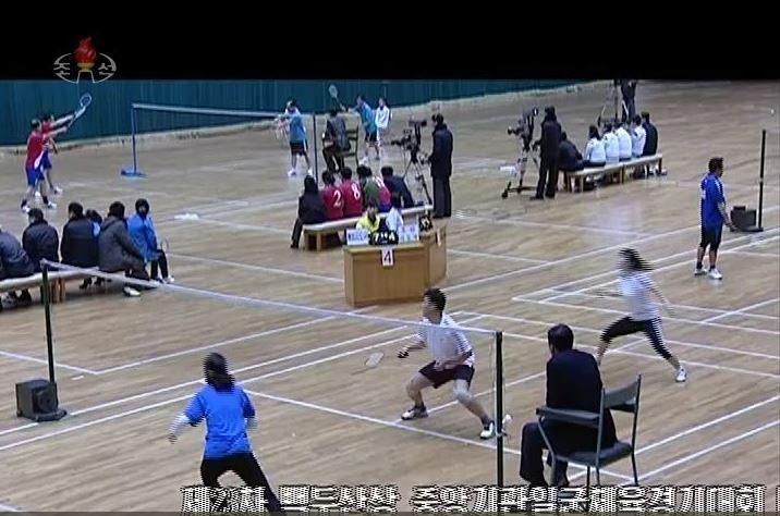 Capture d'écran de la chaîne de télévision nord-coréenne KCTV, mardi 13 février 2018, montrant une rencontre de badminton.  (MARTYN WILLIAMS)