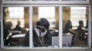 Un élève de l'école Sitoromo Junior, à Sterkspruit (Afrique du Sud), le 6 juillet 2020. (MARCO LONGARI / AFP)