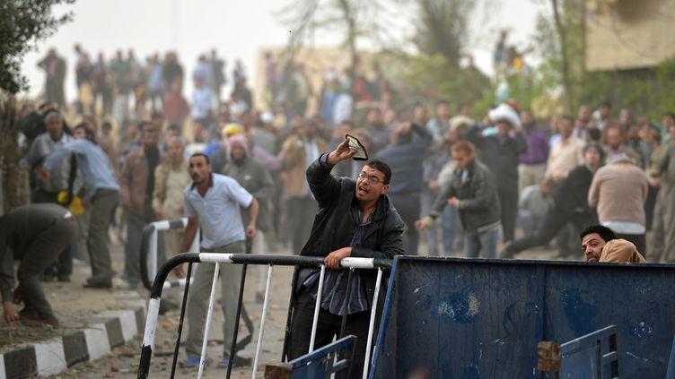 Les Frères musulmans défendent leur quartier général attaqué ce vendredi 22 mars 2013 par des manifestants, au Caire (Egypte). (KHALED DESOUKI / AFP)