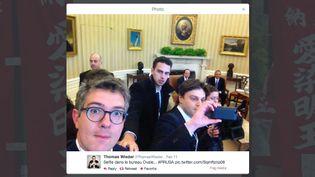 """Le journaliste du """"Monde"""" Thomas Wieder (G) posant dans le bureau ovale à la Maison Blanche, à Washington (Etats-Unis), le 11 février 2014. (THOMAS WIEDER)"""