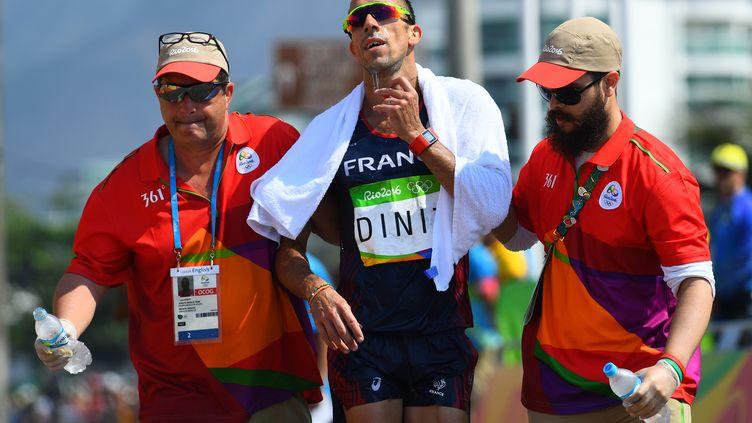 Yohann Diniz soutenu lors de son arrivée du 50km marche des Jeux de Rio (JEWEL SAMAD / AFP)