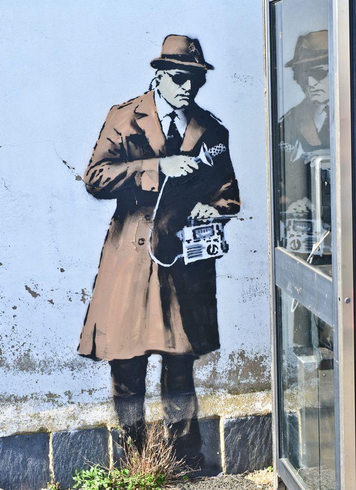 L'un des espions dessinés par Banksy à Cheltenham réalisé le 13 avril 2014.  (Jules Annan/Photoshot/MAXPPP )