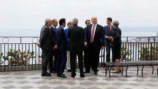 Les dirigeants du sommet du G7 autour de Donald Trump, vendredi 26 mai 2017, en Sicile. (JONATHAN ERNST / X90178)