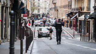 Des policiers bouclent un périmètre après une alerte à la voiture piégée qui sera finalement levée, à Paris, le 18 mars 2017. (SIMON GUILLEMIN / AFP)