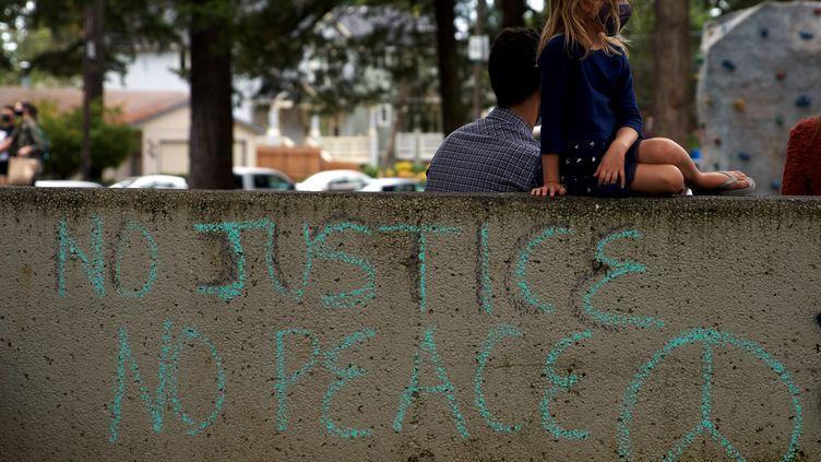 Des milliers de personnes se sont réunies dans un parc à l'est de Portland dans l'Oregon pour une 100e nuit de manifestation contre les brutalités policières envers les Afro-Américains, le 5 septembre 2020. (ALLISON DINNER / AFP)