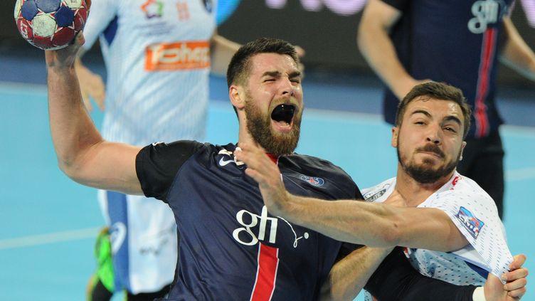 Luka Karabatic (PSG) pris dans la défense de Montpellier (SYLVAIN THOMAS / AFP)