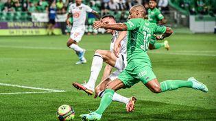 Wahbi Khazri à la lutte avec Sven Botman lors de la 3e journée de Ligue 1. (OLIVIER CHASSIGNOLE / AFP)