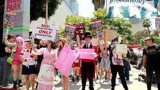 Des fans de Britney Spears et manifestants du mouvement #FreeBritney, devant le tribunal Stanley Mosk de Los Angeles, le mercredi 14 juillet. Le groupe demande la fin de la tutelle de la star après 13 ans (EMMA MCINTYRE / GETTY IMAGES NORTH AMERICA)