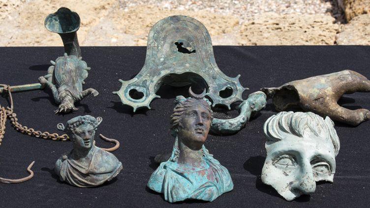 Figurines trouvées dans le port antique de Césarée (16 mai 2016)  (Jack Guez / AFP)