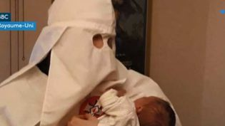 Ce parent du petit Adolffan du Ku Klux Klan a été condamné au Royaume-Uni. (France 3)