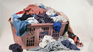Depuis les années 1970, les hommes consacrent huit minutes supplémentaires aux taches ménagères. (GREG KUCHIK / PHOTODISC / GETTY)