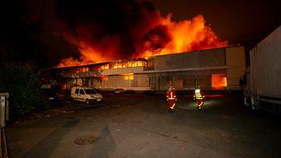 Un entrepôt du Blanc-Mesnil (Seine-Saint-Denis) en feu, le 30 septembre 2020. (ERWAN THEPAULT / BRIGADE DE SAPEURS-POMPIERS DE PARIS/AFP)