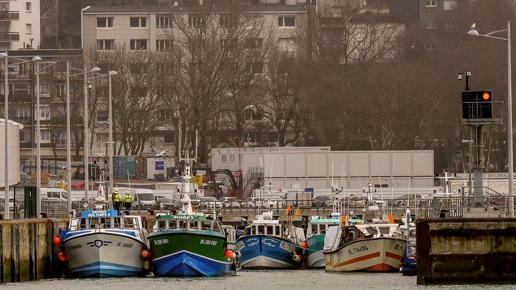 Des bateaux de pêche bloquent le port de Boulogne-sur-Mer (Pas-de-Calais), afin de protester contre la pêche électrique pratiquée par des pêcheurs néerlandais, le 25 janvier 2018. (PHILIPPE HUGUEN / AFP)
