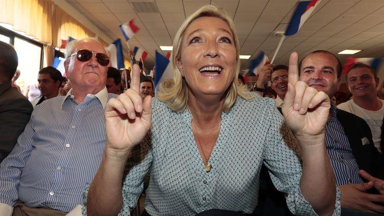 Marine Le Pen, présidente du Front national, entourée de son père, Jean-Marie Le Pen, et du maire FN de Fréjus (Var), David Rachline, le 7 septembre 2014,à Fréjus, pour l'Université d'été du parti. (ERIC GAILLARD / REUTERS )