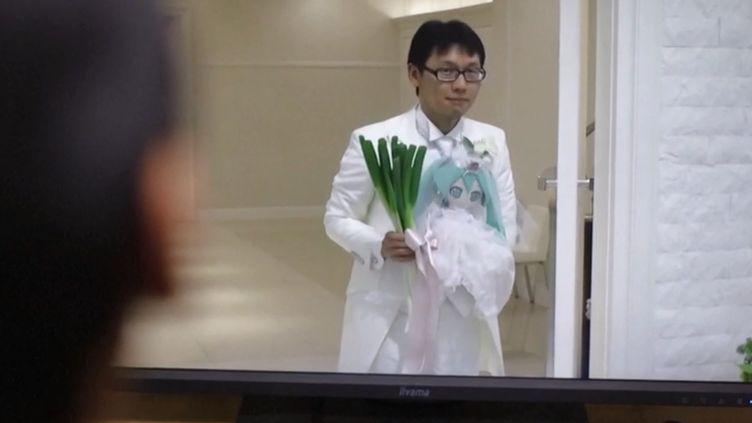 C'est une union qui en surprendra certains. Akihito Kondo s'est marié avec Hatsune Miku, une chanteuse virtuelle. (FRANCEINFO)
