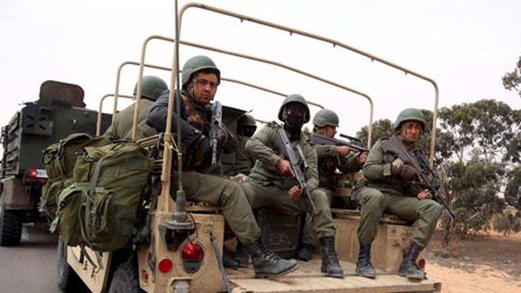 Militaires tunisiens à 50 km de Ben Guardane (sud), près de la frontière libyenne, le 10 mars 2016 (REUTERS - Zoubeir Souissi)