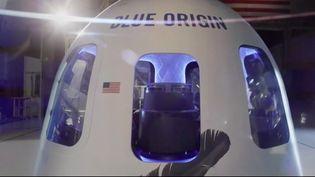 Pour devenir le tout premier touriste spatial, une personne adéboursé 28 millions de dollars, soit 23 millions d'euros. Son identité reste inconnue, mais elle a remporté les enchères pour décrocher sa place à bord d'une capsule qui décollera en juillet, avec le milliardaire Jeff Bezos. (FRANCE 3)
