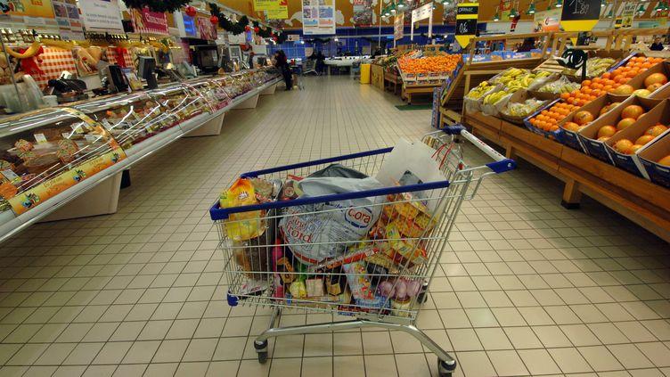 Un chariot plein dans un rayon d'un supermarché à Rots (Calvados). Photo d'illustration. (MYCHELE DANIAU / AFP)