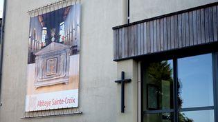 L'abbaye de Sainte-Croix, à proximité de Poitiers, abritait cet essai clinique illégal. (GUILLAUME SOUVANT / AFP)