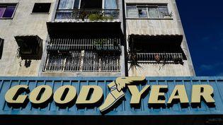 Le logo de la manufacture Goodyear sur la devanture d'un garage à Caracas, au Venezuela. (FEDERICO PARRA / AFP)